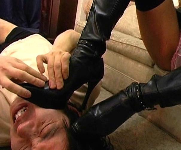 キモいM男のチ●ポをドエスな黒ギャルが靴底でブーツコキ責めの脚フェチDVD画像4