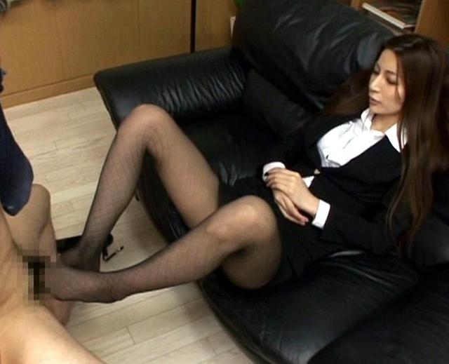 保険室の先生が実習生のトレンカ美脚を舐め強制足コキで射精の脚フェチDVD画像4