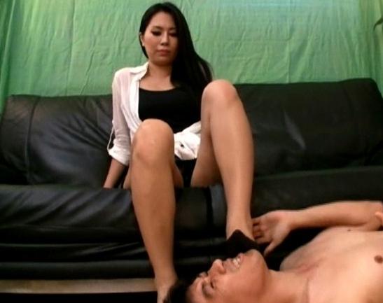 足臭お姉さんたちの足裏で顔面を踏まれチン踏みされるの脚フェチDVD画像1