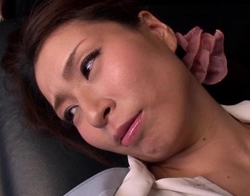 グラビアクイーンの岡田真由香がOL姿で肉便器にされ強制足コキの脚フェチDVD画像5
