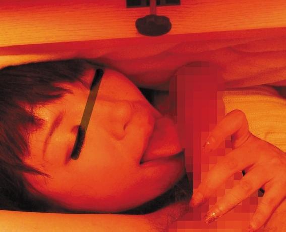 コタツの下にある女性の爪先や足裏を堪能でき足フェチ動画の脚フェチDVD画像1