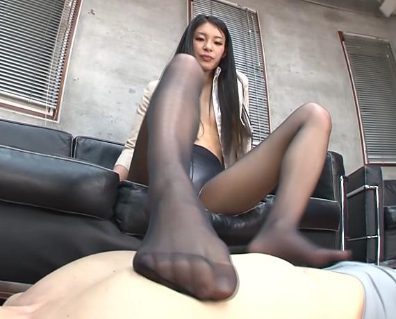 エロ秘書が課長にパンスト足コキでドピュドピュ大量足射の脚フェチDVD画像3
