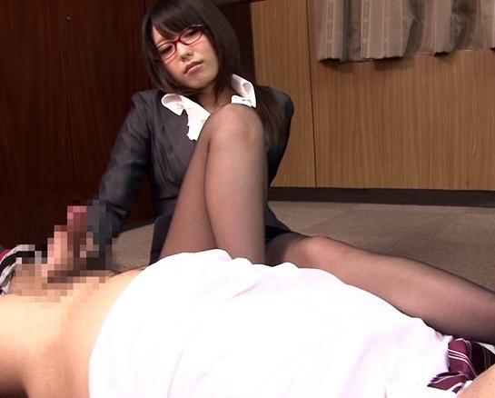 ドエス秘書が淫語と罵倒で言葉責めしながらパンスト足コキ責めの脚フェチDVD画像4