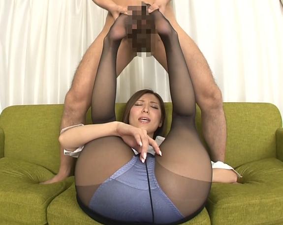 巨乳妻が美脚に黒パンストを穿いて足フェチ男に足裏で足コキの脚フェチDVD画像3