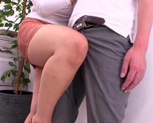 タイトスカートがエロすぎるムッチムチ美脚お姉さんの太腿コキの脚フェチDVD画像2