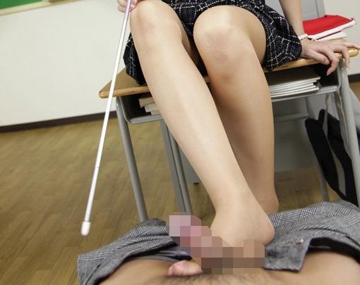 美人女教師がナチュラルパンストの爪先で生徒に足コキ抜きの脚フェチDVD画像1