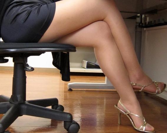 ミニスカのエロい女教師をパンスト穿かせたままパコりまくったの脚フェチDVD画像1