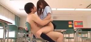 教室でベロチュウしながら男にまたがる女子校生