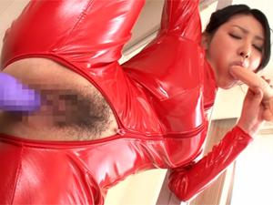 【水嶋あずみ】むっちりキャットスーツの巨乳美女が無理な体勢でバイブイキして固定ディルドで軟体オナニー!