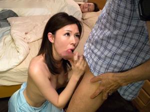 【篠宮奈津子】家に泊まった妻の親友が覗きに気付きながらもオナニーを見せつけ、寝ている妻の横で逆夜這いフェラ抜き。