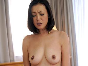 【高梨あゆみ】40歳でAVデビューした美人妻のマンコチェックしてローター責め!