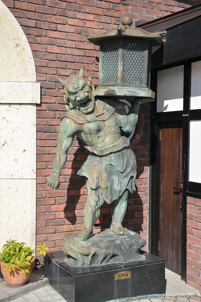 入り口脇の像_2