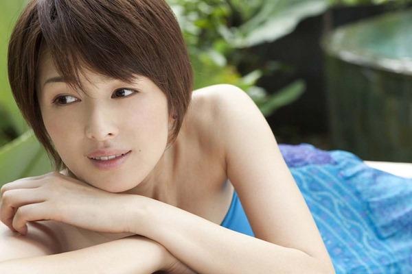 吉瀬美智子の横乳おっぱいセミヌード画像10