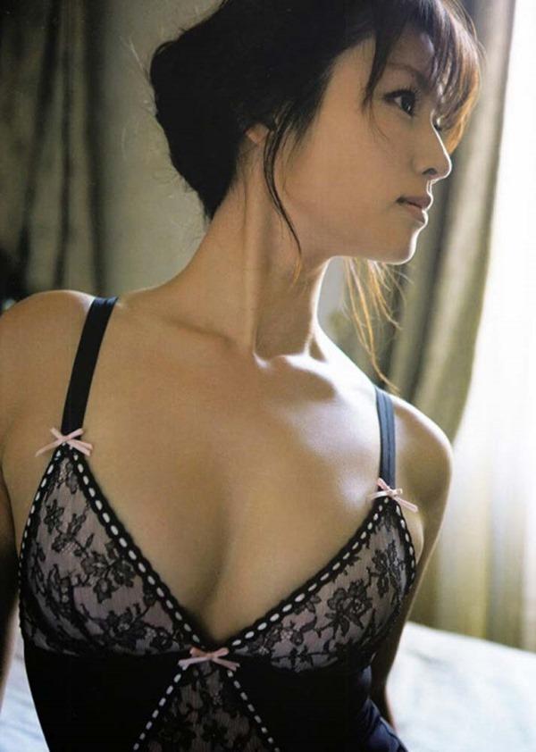 深田恭子のハミ乳ハミ尻な透け下着巨乳おっぱい画像10
