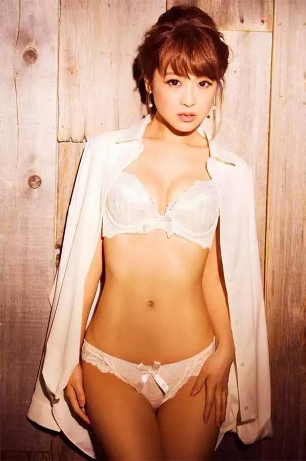 鈴木奈々の手ブラちっぱいトップレス上半身裸画像10