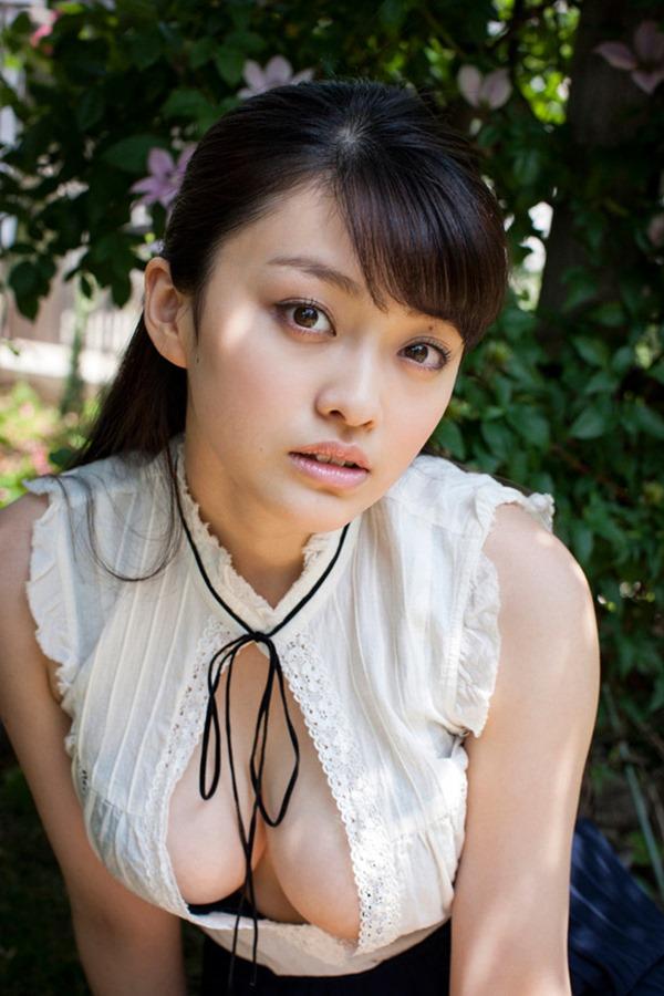 小瀬田麻由の手ブラ巨乳おっぱい画像11