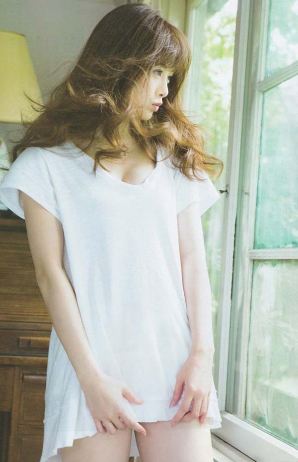 白石麻衣の横乳セミヌードグラビア画像11