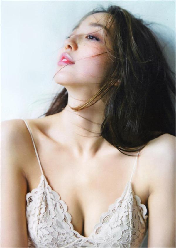 筧美和子の横乳セミヌード乳首ボッチ画像12