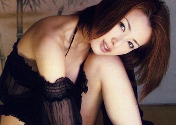 吉瀬美智子の横乳おっぱいセミヌード画像12