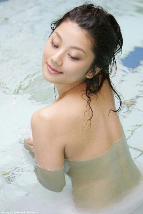 小池栄子の巨乳おっぱい入水セミヌード画像12