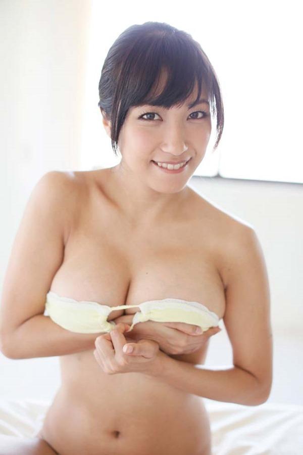 佐藤聖羅の手ブラ巨乳セミヌード画像12