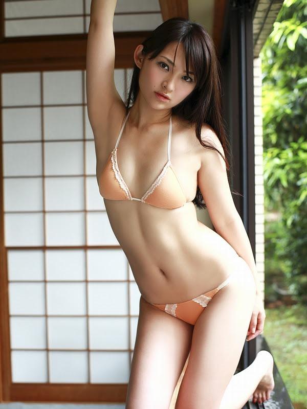 鈴木咲のセクシーグラビア水着画像12