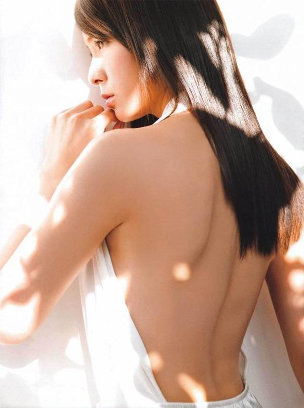 秋元才加の太ももハミ乳くびれ腰グラビア水着画像12