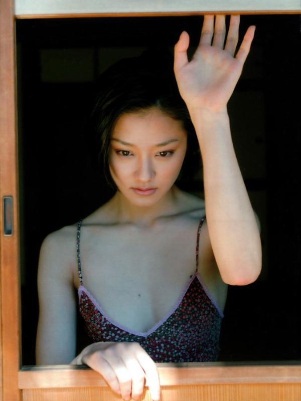 中越典子の胸の谷間グラビア水着画像12