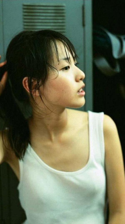 戸田恵梨香のキュートなグラビアちっぱい水着画像12