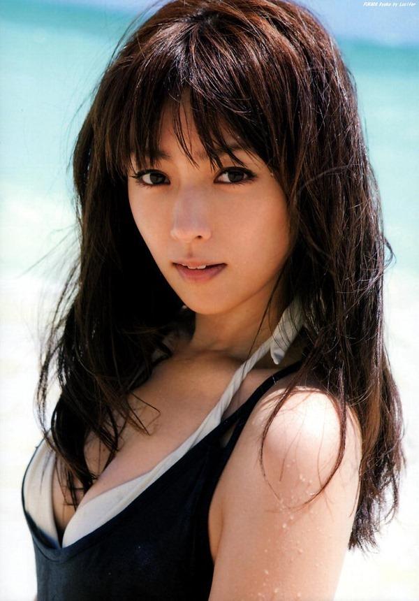 深田恭子のムッチムチな巨乳グラビア水着画像12