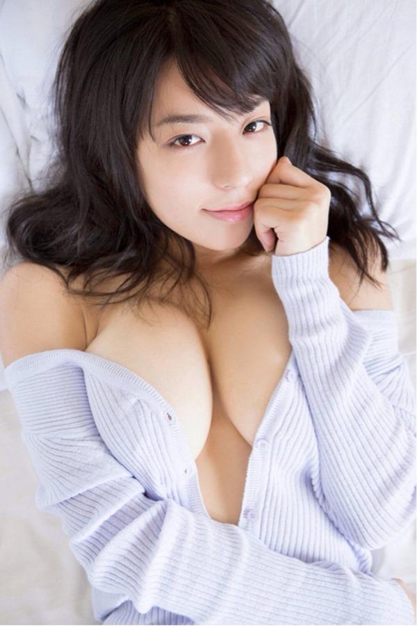 小瀬田麻由の手ブラ巨乳おっぱい画像13
