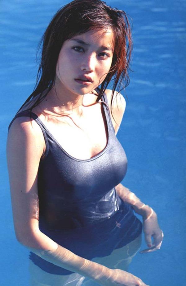 佐藤江梨子の巨乳おっぱい手ブラヌード画像13