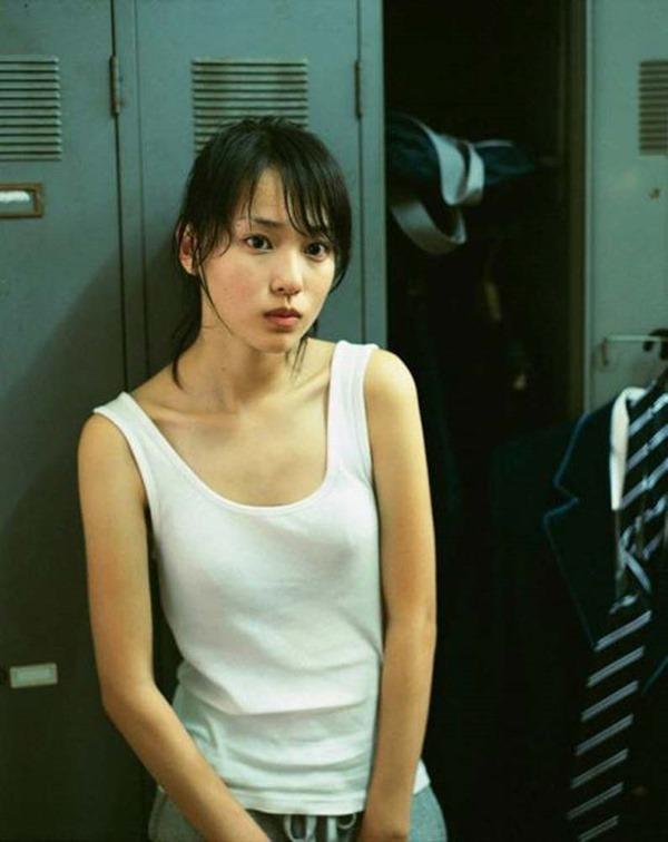 戸田恵梨香のキュートなグラビアちっぱい水着画像13