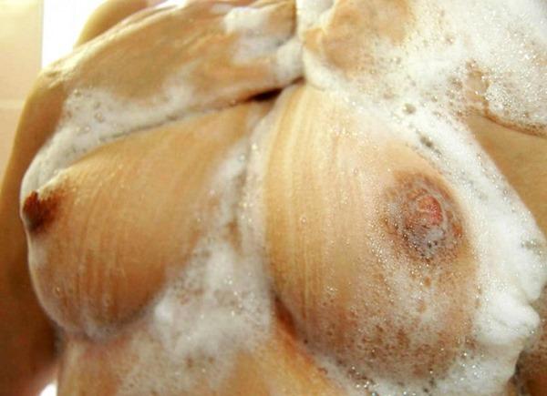 成人女性が美乳おっぱいをボデイーソープで洗ってる画像13