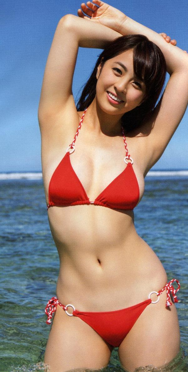 タヌキ顔が愛らしい柳ゆり菜の極上ボディー水着画像13