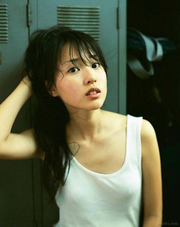 戸田恵梨香のキュートなグラビアちっぱい水着画像14