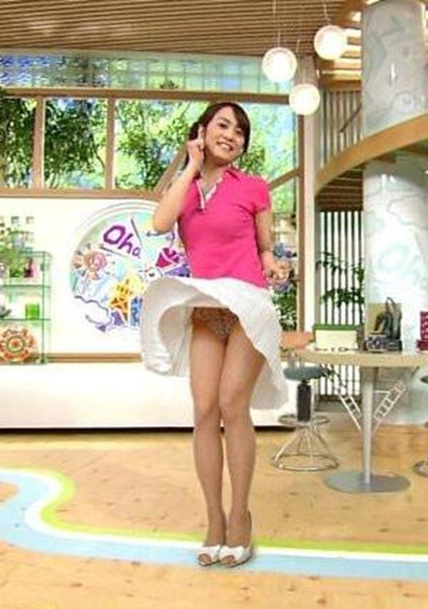 水ト麻美アナのパンチラ胸チラ画像15