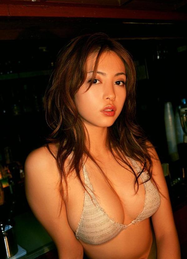 岩佐真悠子の乳首吸われヌード画像15