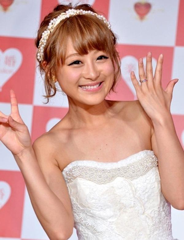 鈴木奈々の手ブラちっぱいトップレス上半身裸画像15