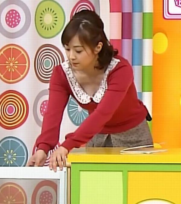水ト麻美アナのパンチラ胸チラ画像16