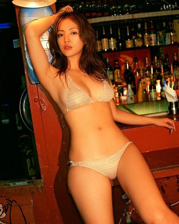岩佐真悠子の乳首吸われヌード画像16