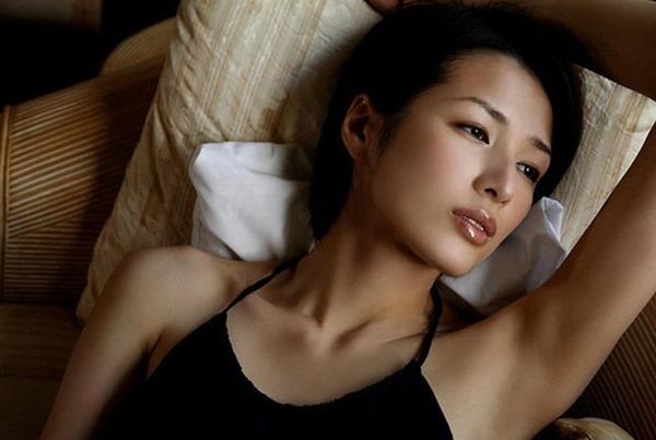 吉瀬美智子の横乳おっぱいセミヌード画像16