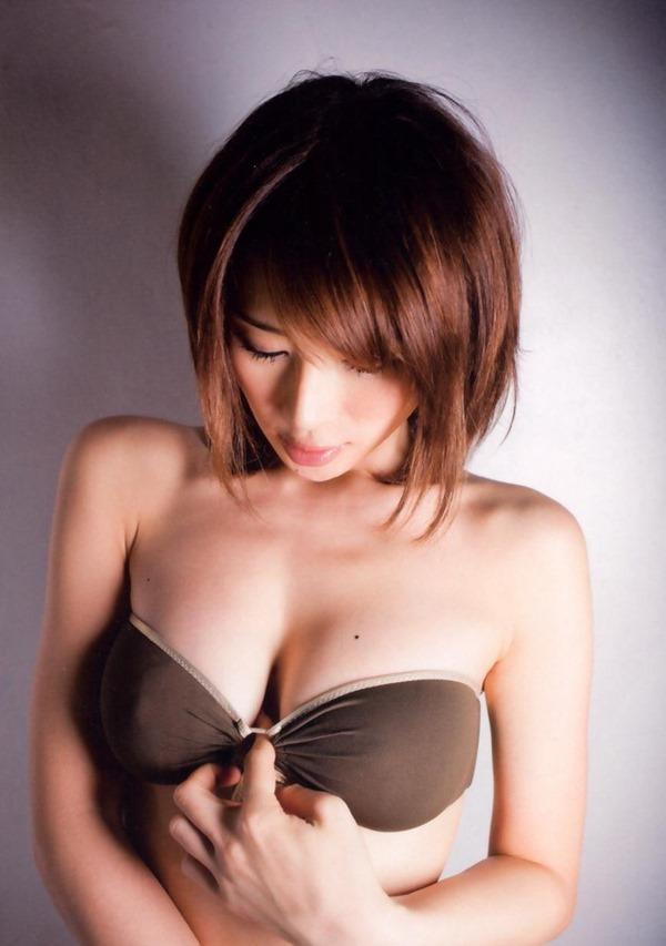 手島優のハミ乳首セミヌード画像16