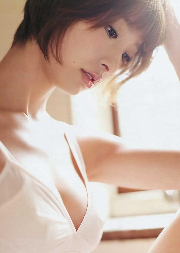 篠田麻里子のグラビア画像17