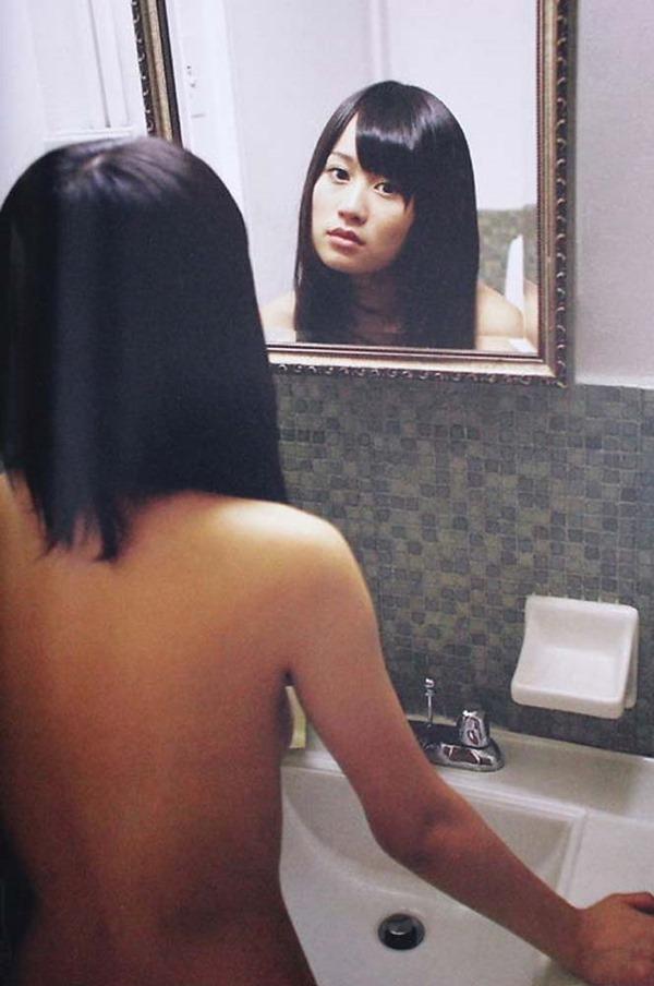 前田敦子の手ブラおっぱい尻出しセミヌード画像17