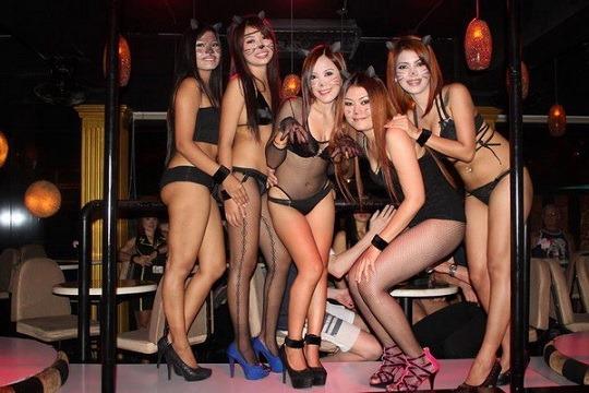 (タイのゴーゴーバー性フウゾク店)ミズ着や下着や裸ぬーどで身体くねらせるダンス写真ムービー