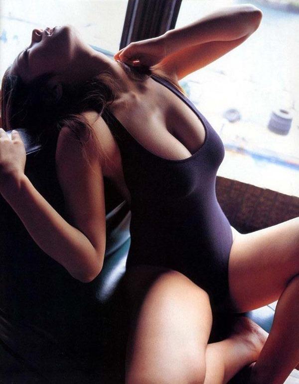 小池栄子の巨乳おっぱい入水セミヌード画像19