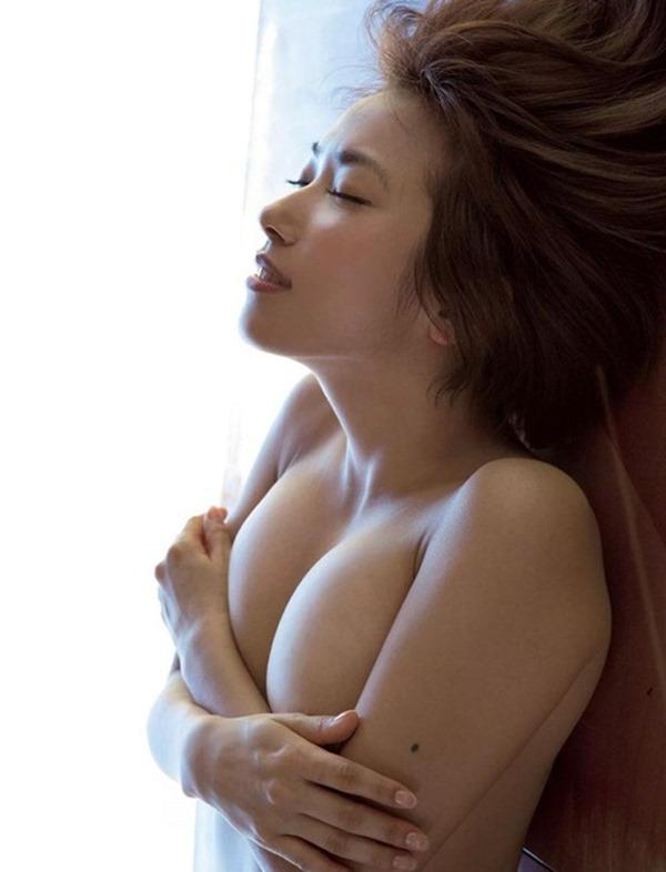 佐藤聖羅の手ブラ巨乳セミヌード画像19