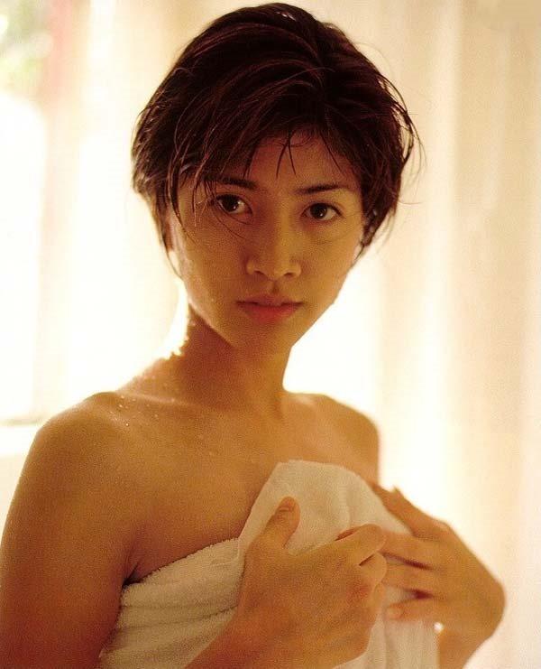 内田有紀の全裸ベッドシーン画像1