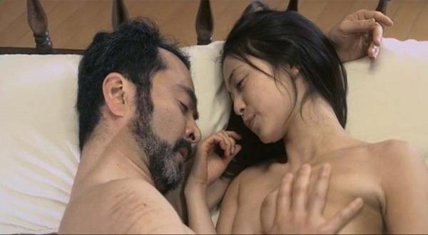 岩佐真悠子の乳首吸われヌード画像1